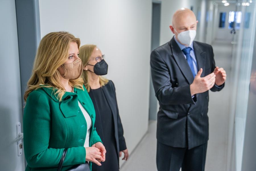 Silvia Pastoreková, Boris Klempa a Zuzana Čaputová v priestoroch laboratórii BMC SAV